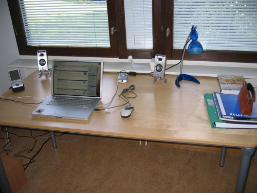 Nouvelles enceintes pour un bureau bien rangé