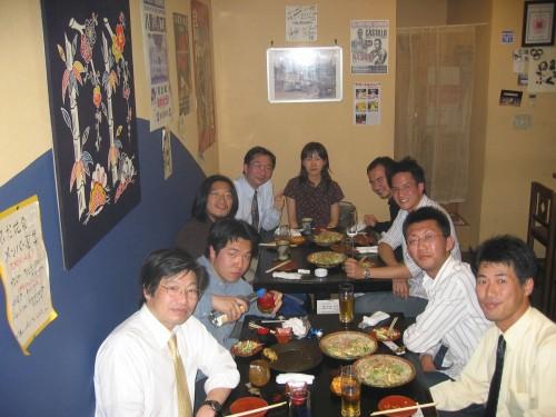 L'équipe de NEC, dans un restaurant à la mode d'Okinawa