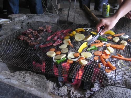 Yakiniku et légumes lors d'un BBQ NEC dans la nature